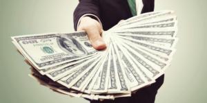 Наличные доллары с форекс в руках